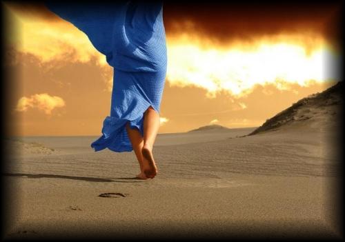 cammino-sulla-spiaggia