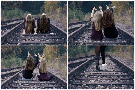 26055721-due-ragazze-che-si-siedono-sui-binari-ferroviari-e-spettacolo-amore-orizzontale